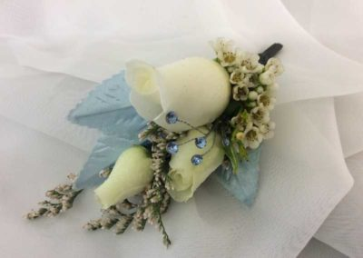 boutonniere white roses blue bling